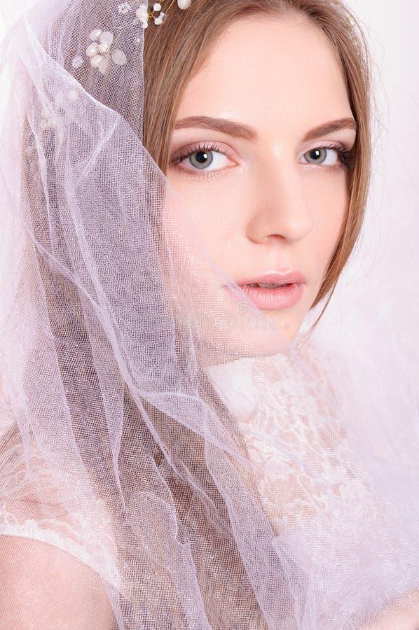 Jong mooi blond fianceeportret met witte sluier royalty-vrije stock afbeelding