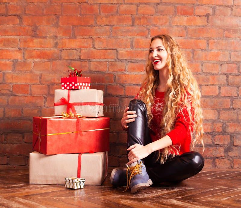 Jong mooi blonde het meisje in een rode sweater met met velen royalty-vrije stock afbeelding