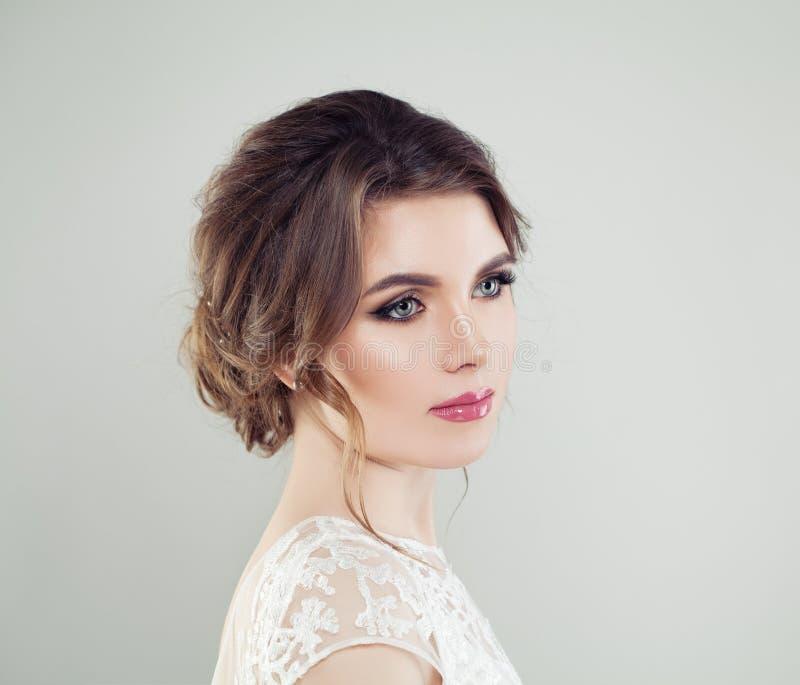 Jong mooi de close-upportret van het vrouwengezicht Perfecte make-up, bruids kapsel stock fotografie