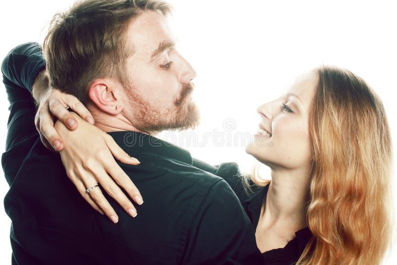 Jong mooi die paar in liefde het koesteren op witte backgroun wordt geïsoleerd royalty-vrije stock foto's