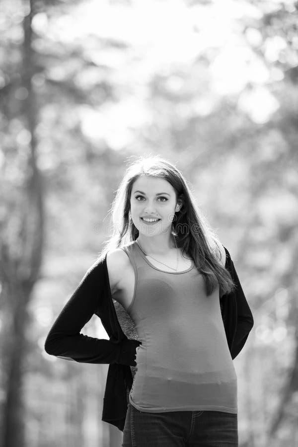 Jong mooi donkerbruin Meisje in een park royalty-vrije stock foto's