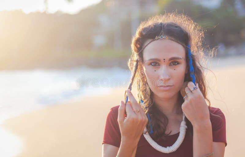Jong mooi donkerbruin meisje met punten op haar gezicht, etnische Indische stijl royalty-vrije stock fotografie
