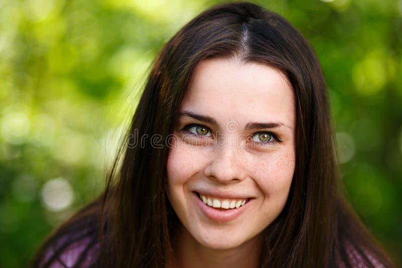 Jong mooi freckled groen-eyed vrouwengezicht met gezonde huid stock afbeelding