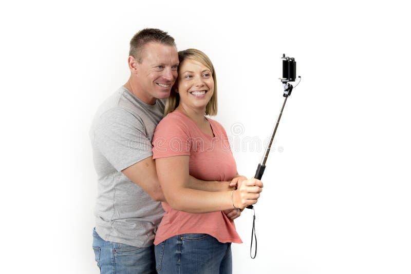 Jong mooi gelukkig en aantrekkelijk romantisch paar met echtgenoot en vrouw of meisje en vriend die selfie zelfportret nemen stock fotografie
