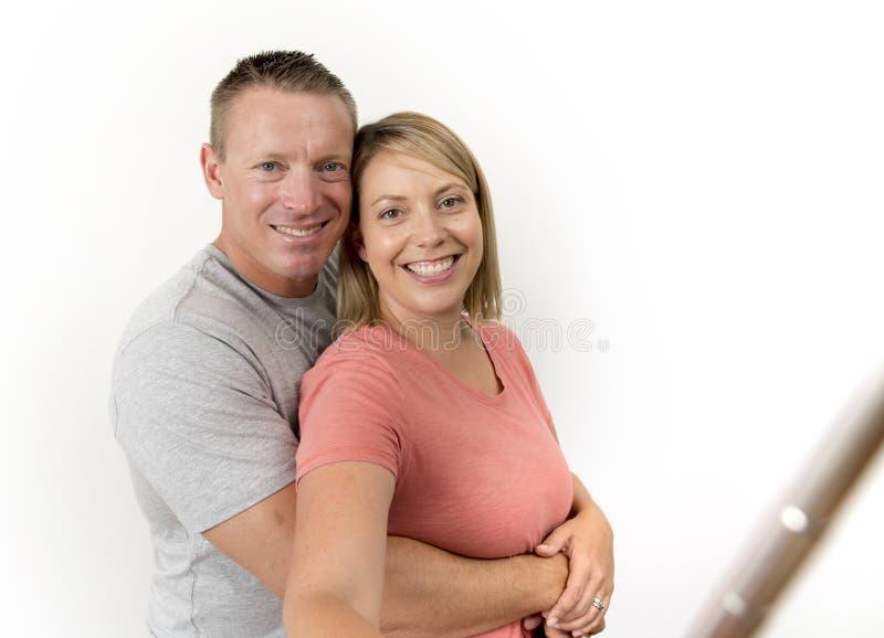 Jong mooi gelukkig en aantrekkelijk romantisch paar met echtgenoot en vrouw of meisje en vriend die selfie zelfportret nemen stock foto