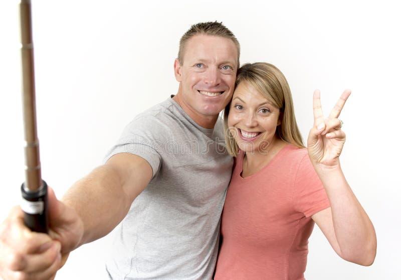 Jong mooi gelukkig en aantrekkelijk romantisch paar met echtgenoot en vrouw of meisje en vriend die selfie zelfportret nemen stock afbeelding