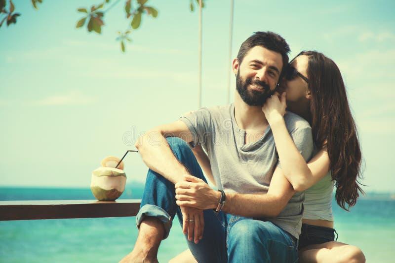 Jong mooi gelukkig paar in liefde die teder tegen de achtergrond van het overzees omhelzen, de Dagconcept van Valentine van liefd royalty-vrije stock afbeelding