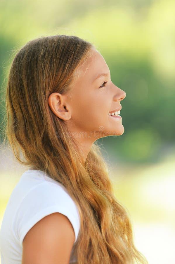 Jong mooi glimlachend meisje stock afbeelding