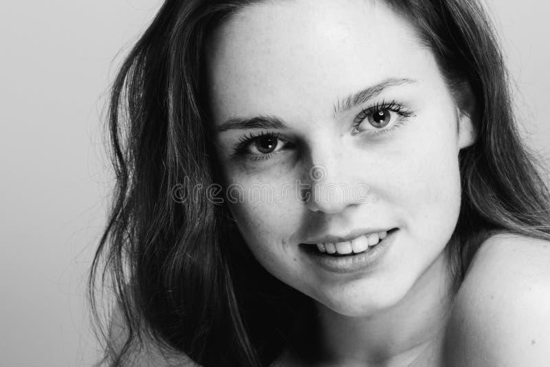 Jong mooi het gezichtsportret van de sproetenvrouw met gezonde huid B royalty-vrije stock foto's