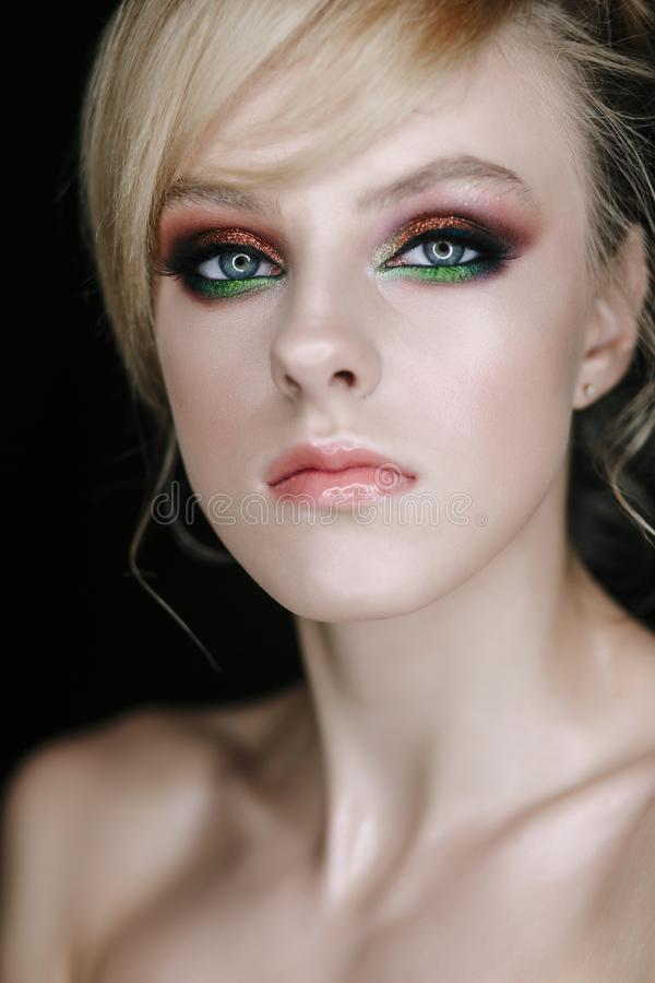 Jong mooi het gezichtsportret van het tienermeisje met gezonde huid en heldere samenstelling stock foto