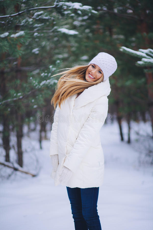 Jong mooi het glimlachen meisjesportret in de winterbos royalty-vrije stock afbeeldingen