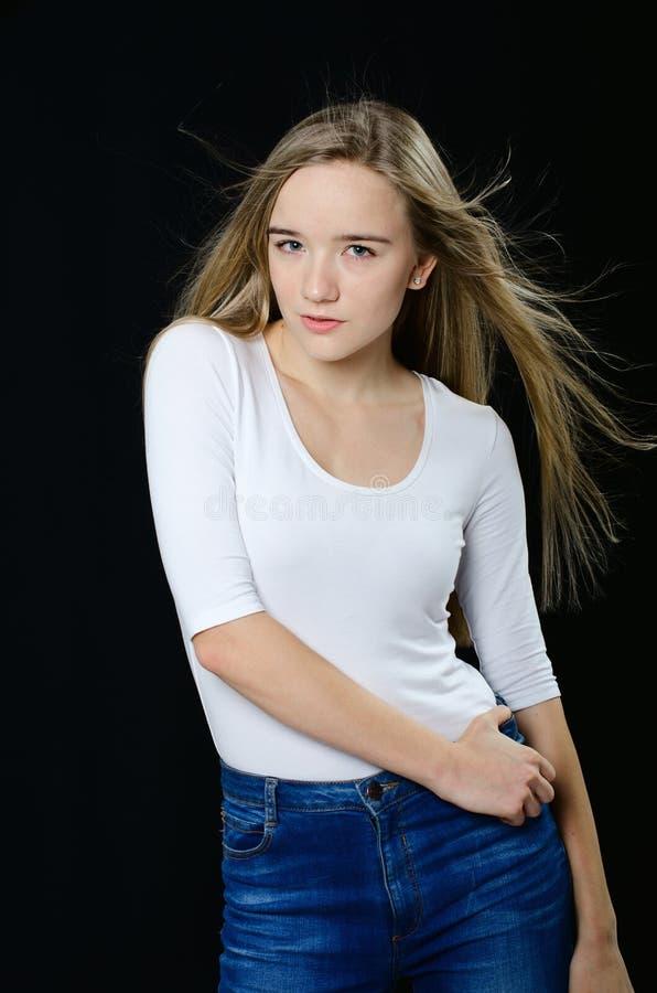 Jong mooi meisje in col en jeans royalty-vrije stock afbeeldingen