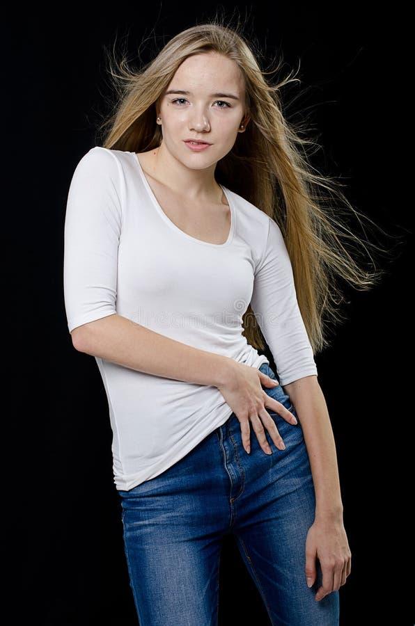 Jong mooi meisje in col en jeans royalty-vrije stock fotografie