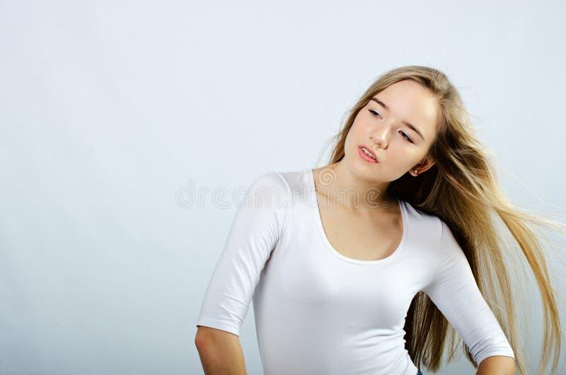 Jong mooi meisje in col en jeans stock afbeelding