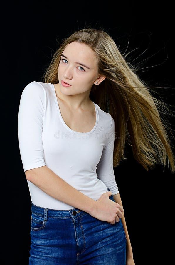 Jong mooi meisje in col en jeans stock fotografie