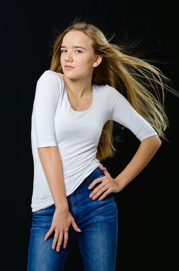 Jong mooi meisje in col en jeans royalty-vrije stock foto's