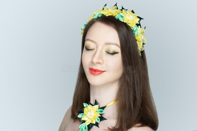 Jong mooi meisje, de massieve bijkomende bloemen van halsband traditionele ornamenten stock fotografie