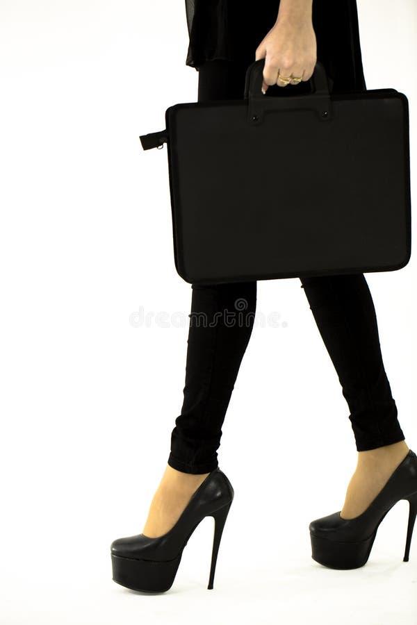 Jong mooi meisje die met laptop zak op witte achtergrond lopen royalty-vrije stock foto's