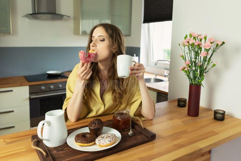 Jong mooi meisje die ontbijt thuis in de keuken hebben royalty-vrije stock foto