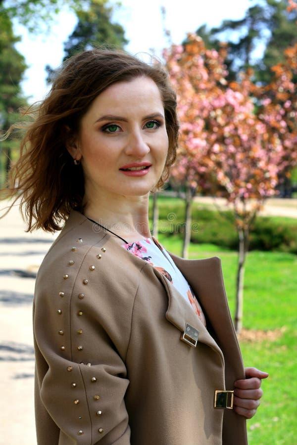 Jong mooi meisje in een appelboomgaard Het portret van het roodharige meisje royalty-vrije stock afbeeldingen