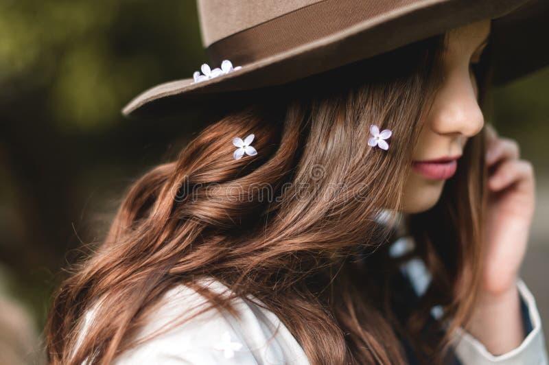 Jong mooi meisje in een bruine hoed stock afbeeldingen