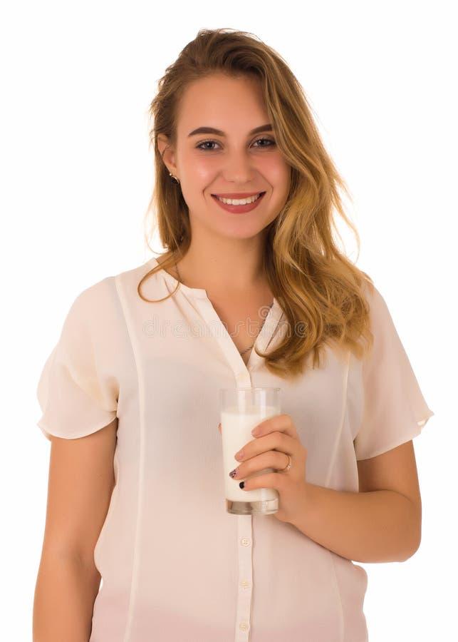 Jong mooi meisje, glas melk, witte achtergrond stock afbeelding