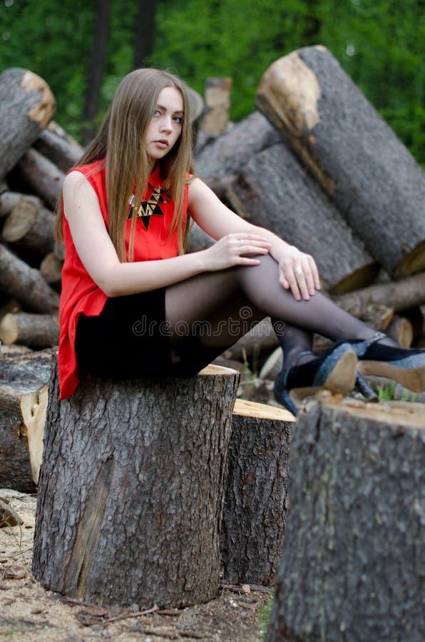 Jong mooi meisje in het park royalty-vrije stock foto