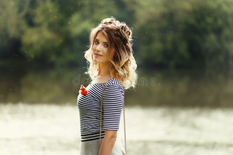Jong mooi meisje in het park stock foto