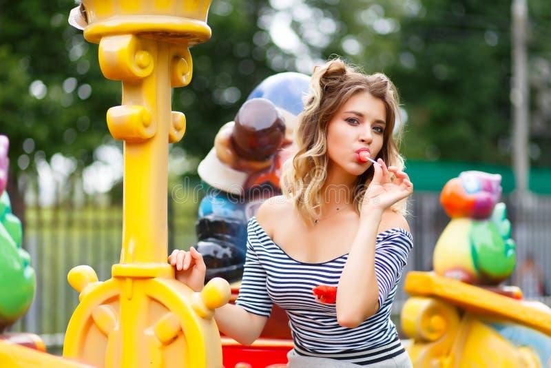Jong mooi meisje in het park stock afbeelding