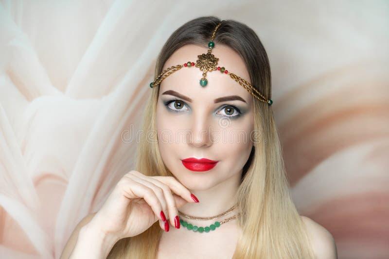 Jong mooi meisje, massieve gouden bijkomende halsband royalty-vrije stock afbeelding