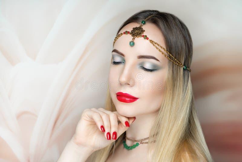 Jong mooi meisje, massieve gouden bijkomende halsband royalty-vrije stock foto's