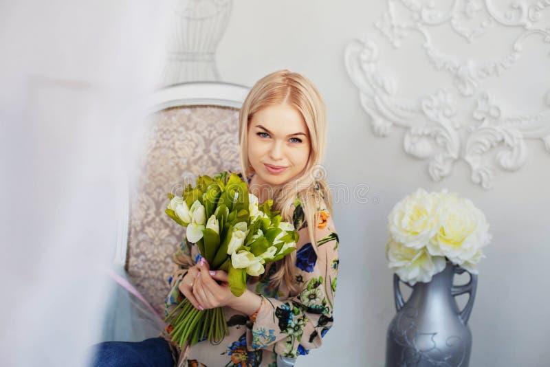 Jong mooi meisje met bloemen Het concept viering, levensstijl, 8 Maart, liefde stock afbeeldingen