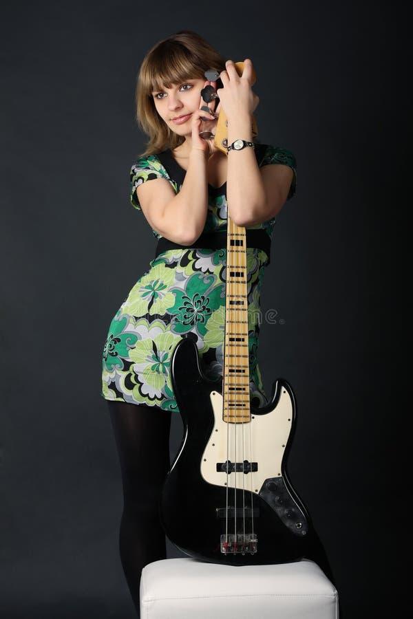 Jong mooi meisje met een gitaar stock afbeeldingen