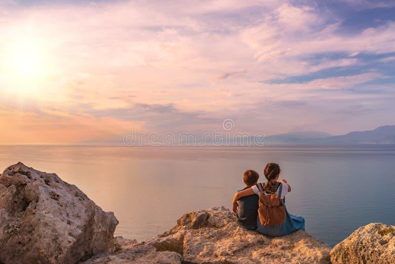 Jong mooi meisje met een jongen die langs de kust van de Middellandse Zee reist royalty-vrije stock foto's