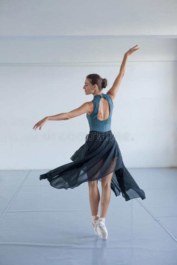 Jong mooi meisje met gelooide huiddansen in de Studio Ballerina het spinnen in de dans stock foto
