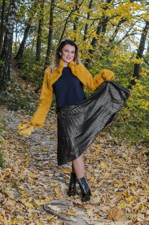 Jong mooi meisje met lange haargangen in het de herfstbos royalty-vrije stock afbeeldingen