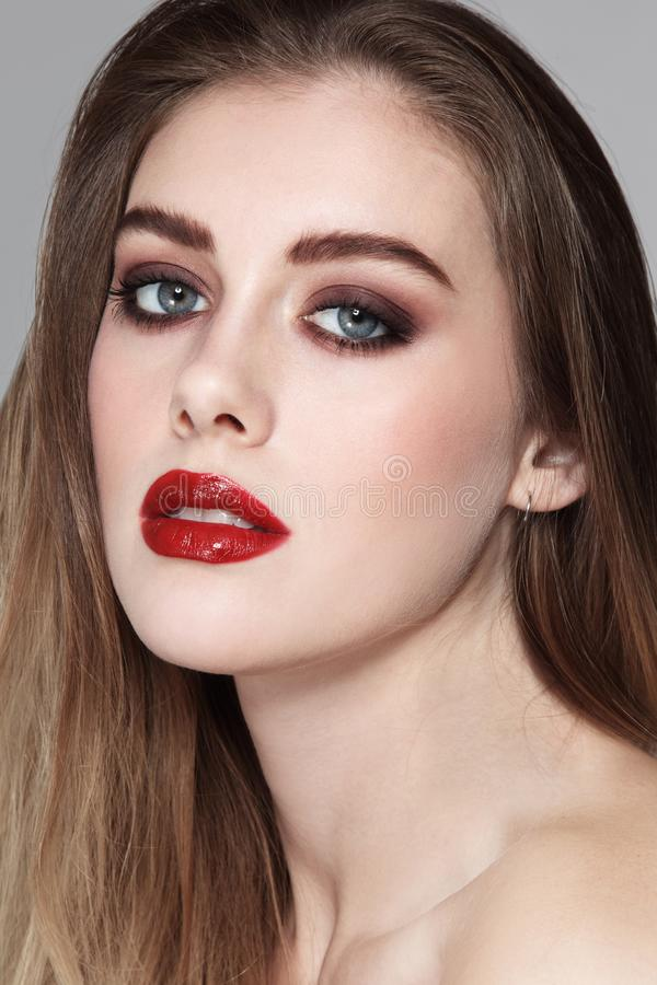 Jong mooi meisje met rokerige oogmake-up en rood l royalty-vrije stock fotografie