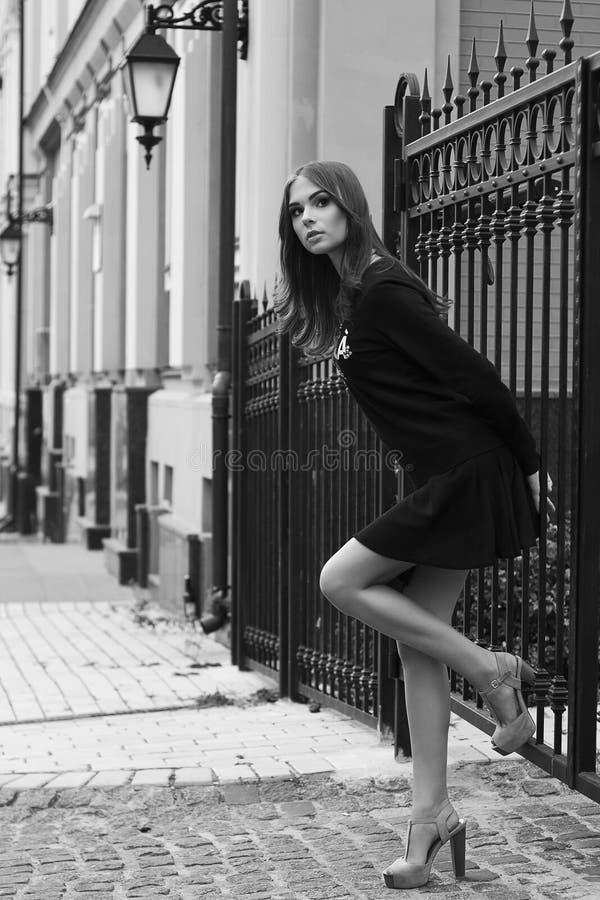 Jong mooi meisje Mooi blondemeisje bij straat stock fotografie