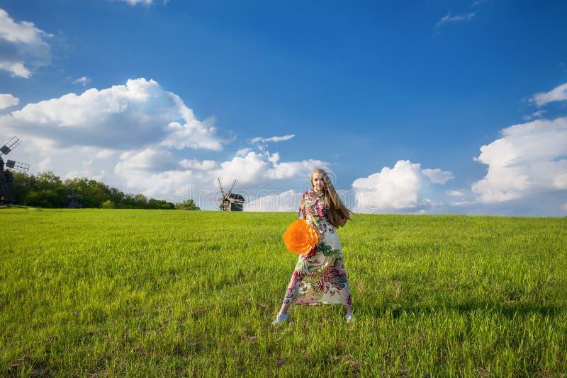 Download Jong Mooi Meisje Op Groen Gebied Stock Afbeelding - Afbeelding bestaande uit zigeuner, spring: 54085355