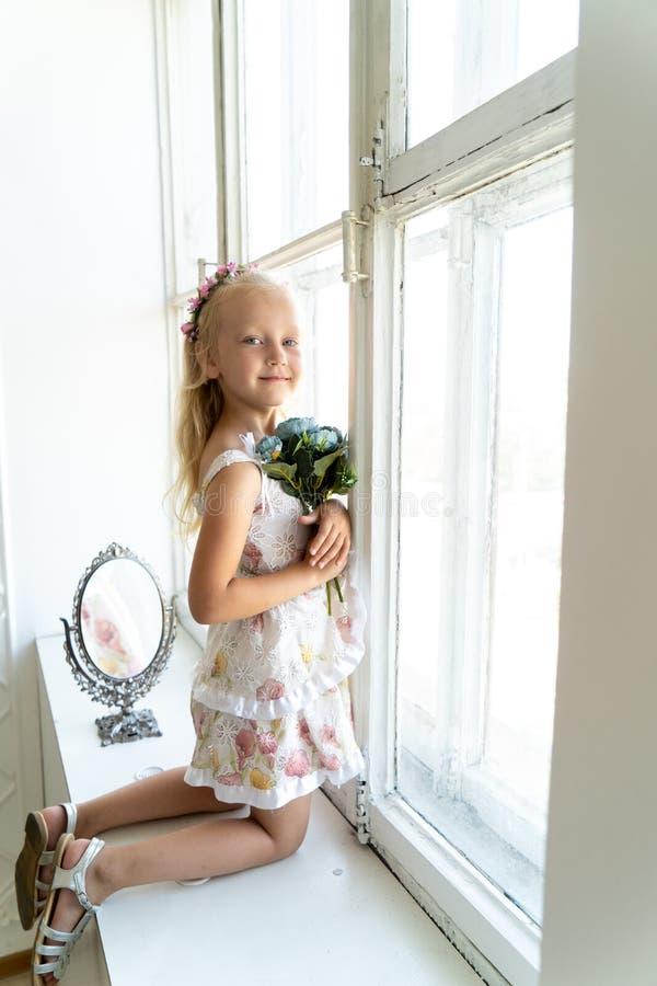 Jong mooi meisje in witte ruimte royalty-vrije stock fotografie