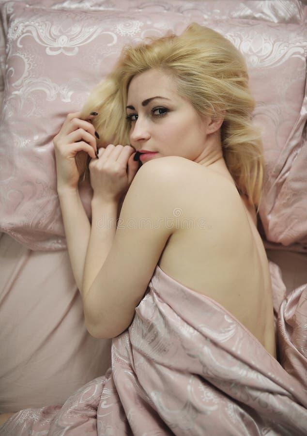 Download Jong Mooi Meisjeskielzog Omhoog In De Ochtend In Een Bed Stock Foto - Afbeelding bestaande uit alleen, mensen: 54076956