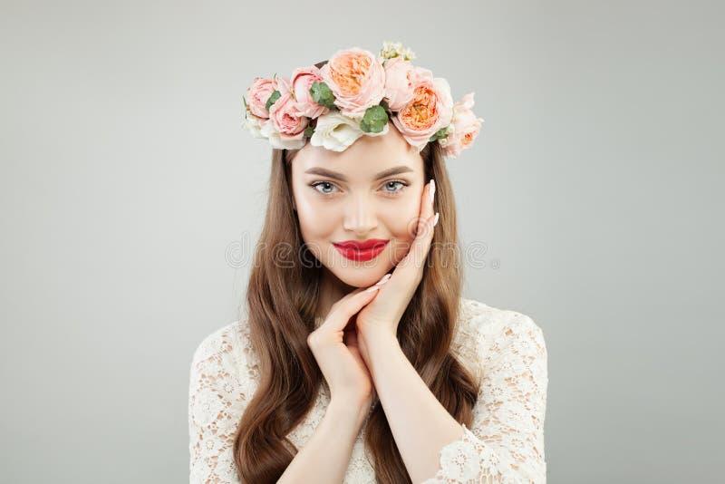 Jong Mooi ModelWoman met Gezonde Huid, Krullend Haar, Make-up en Bloemen royalty-vrije stock foto's
