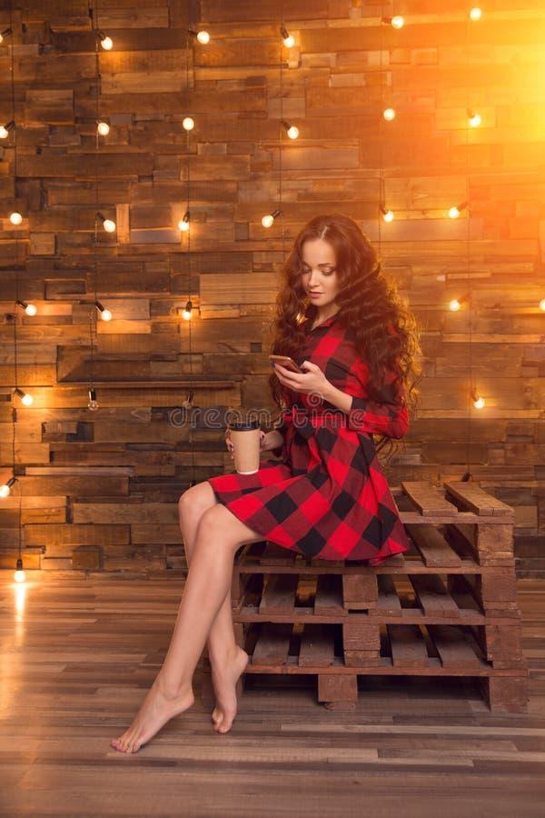 Jong mooi modern modieus meisje in een rode kleding en gescheurd royalty-vrije stock foto