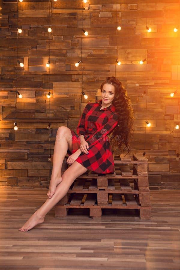 Jong mooi modern modieus meisje in een rode kleding en gescheurd royalty-vrije stock afbeeldingen