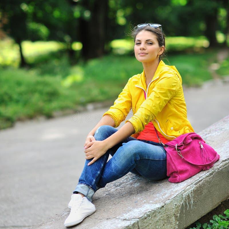 Jong mooi modieus meisje met zak in een de zomerpark royalty-vrije stock afbeeldingen