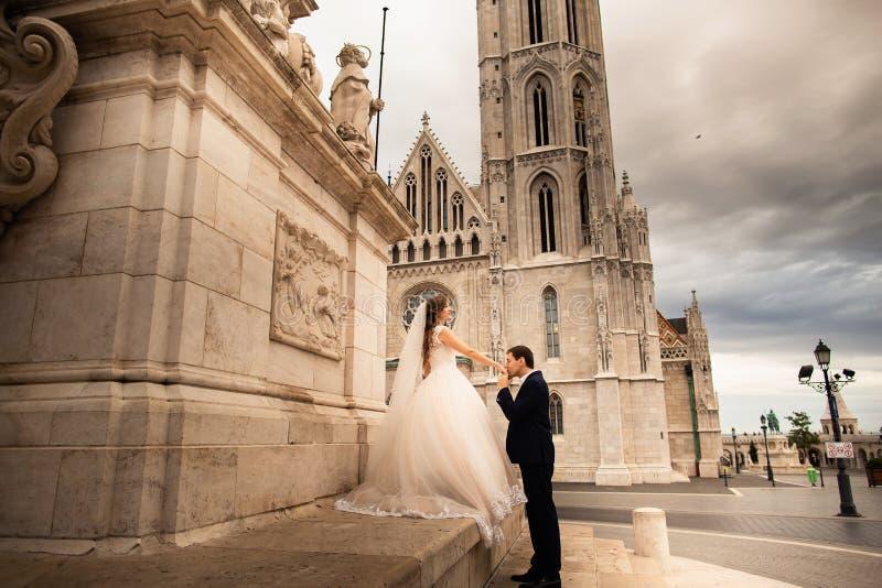 Jong mooi modieus paar jonggehuwden door het Bastion van de Visser in Boedapest, Hongarije stock foto's