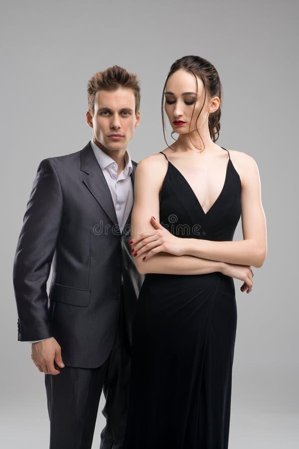 Jong mooi paar in avondslijtage royalty-vrije stock fotografie