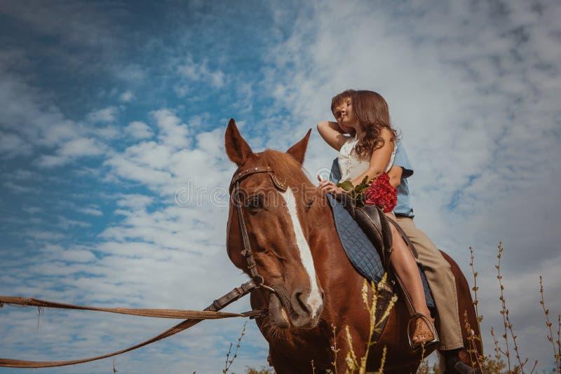 Jong mooi paar met een paard gefiltreerd Selectieve nadruk stock foto