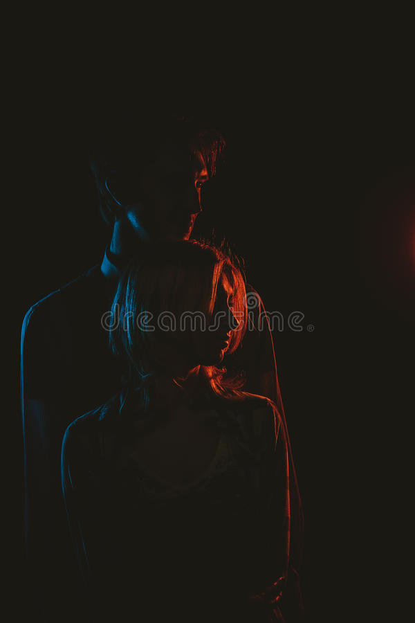 Jong mooi paarsilhouet in Zwart-wit stock foto