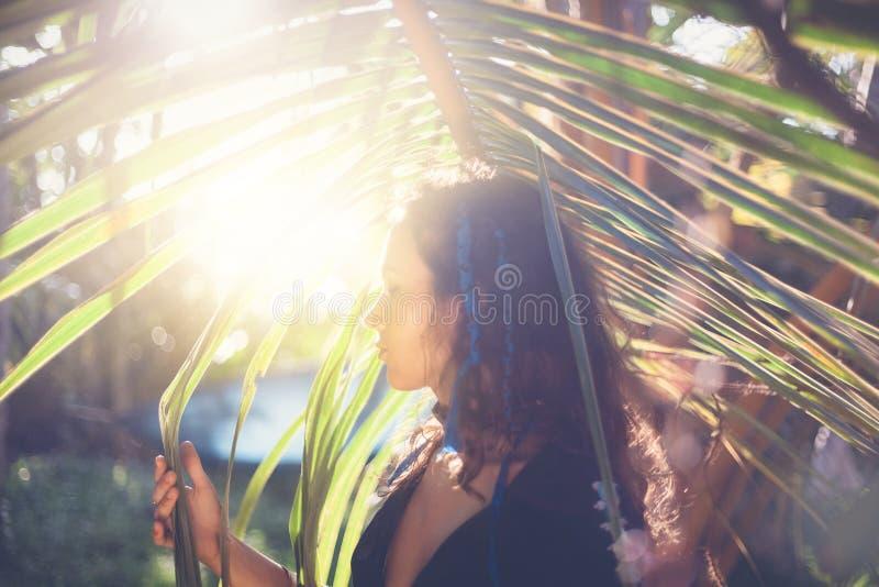 Jong mooi sensueel donkerbruin meisje, schoonheids en aardconcept royalty-vrije stock foto's